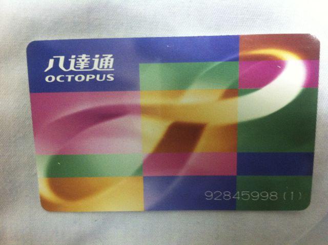 Die Octopus-Karte ist an allen MTR Stationen erhältlich.
