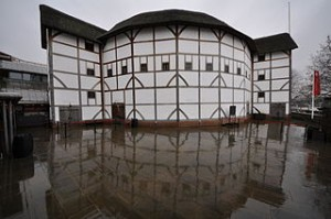 """Shakespeare's Globe: von Aiwok (Eigenes Werk) [<a href=""""http://www.gnu.org/copyleft/fdl.html"""">GFDL</a> oder <a href=""""http://creativecommons.org/licenses/by-sa/3.0"""">CC-BY-SA-3.0-2.5-2.0-1.0</a>], <a href=""""https://commons.wikimedia.org/wiki/File%3AGlobe_Theater_London.JPG"""">via Wikimedia Commons</a>"""