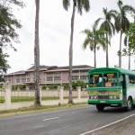 Die Busse haben keine Seitenfenster. Zum Schutz gegen regen gibt es Plastikplanen, die von den Fahrgästen bei Bedarf heruntergelassen werden.