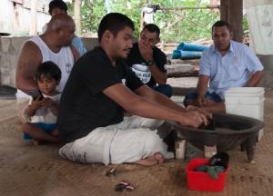 Die Bewohner des Namenlosen Dorfes am rande der Hauptstadt Suva sind vermutlich die einzigen in einem weiten Umfeld, welche über Erfahrungen im traditionellen Bootsbau verfügen.