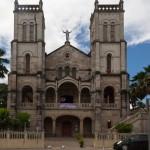 Die 1901 erbaute katholische Sacred Heart Cathedral ist Sitz der Erzdiözese.