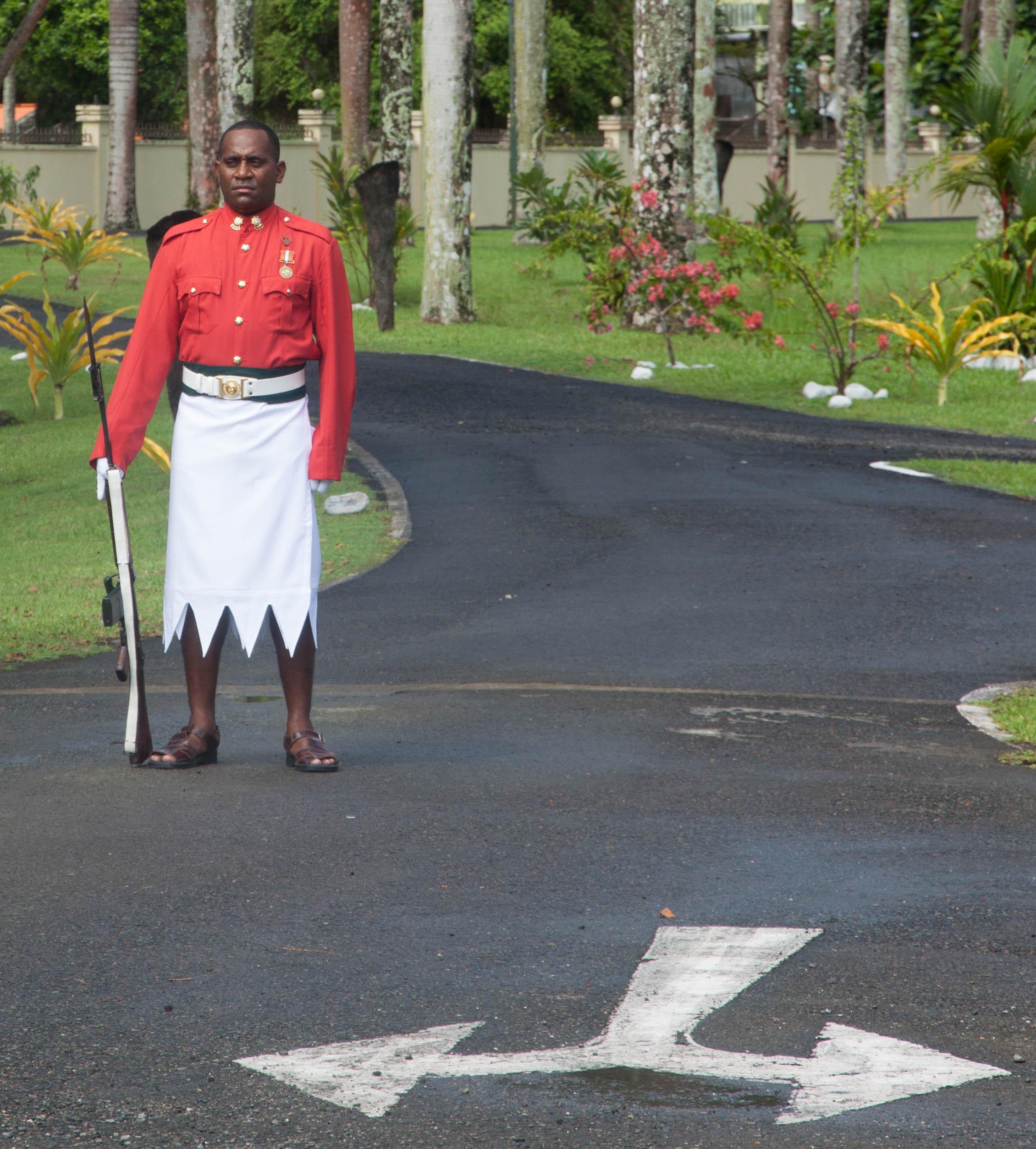 Auch in der Wache vor dem Präsidentenpalast mischen sich britische und fidschianische Einflüsse.