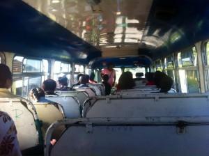 Auf jeder Seite des Busses gibt es zwei bis drei Sitzplätze. Ein kräftiger Zug an der gespannten Leine signalisiert den Haltewunsch.