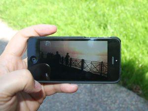 Filmen mit dem Smartphone ist jederzeit und überall möglich. Bild:  Intel Free Press, Mobile Video on Apple iPhone 5, CC BY-SA 2.0