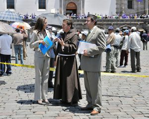 Interviews führt man am besten auf Augenhöhe. Bild: Cayambe, Quito San Francisco Interview RTU 2010, CC BY-SA 3.0