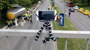Mit einem flexiblen Stativ lässt sich die Kamera nahezu überall befestigen. Bild: Jan Ainali, Stockholm Marathon 2015 BQ 03, CC BY-SA 4.0