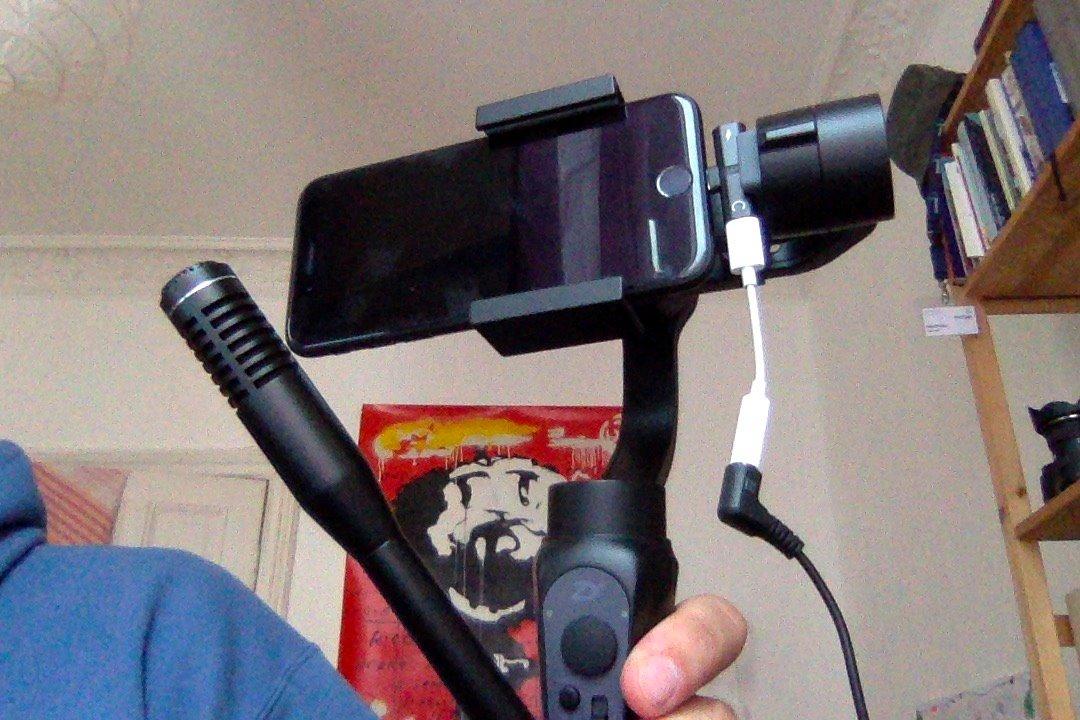 Bisher war es schwer bis unmöglich, das Iphone auf einen Gimbalk zu montieren und dazu noch ein externes Mikro anzuschließen. Mit diesem kleinen Adapter geht es aber.